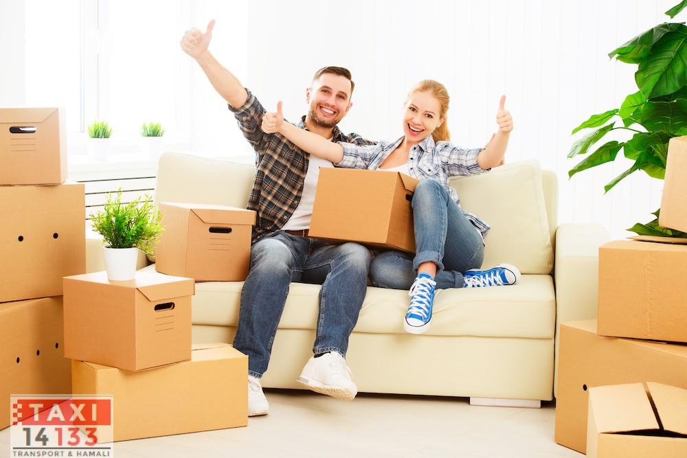 переезд в новую квартиру. Счастливая семья, пара и много картонных коробок.